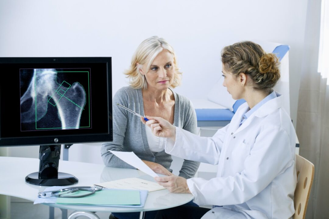 What are the risk factors and complications of osteoporosis?
